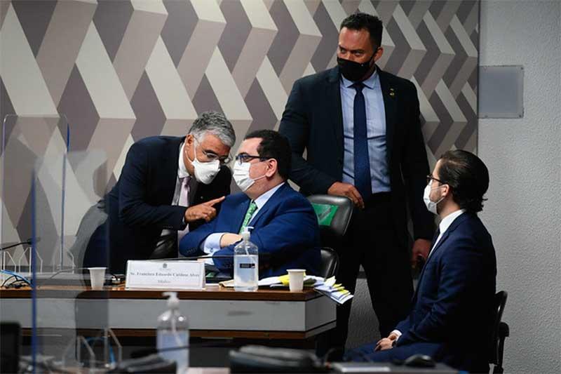 Francisco Eduardo Cardoso Alves ouve o senador Eduardo Girão (Foto: Marcos Oliveira/Agência Senado)