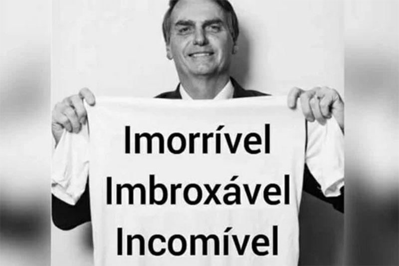 Jair Bolsonaro exibe camiseta com palavras enigmáticas (Foto: Twitter/Reprodução)