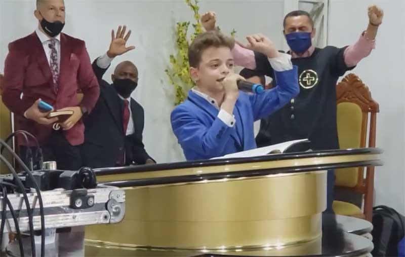 João Vitor Ota prega em igreja: sucesso evangélico (Foto: YouTube/Reprodução)