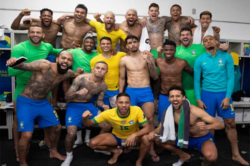 Jogadores da seleção após vitória sobre a Colômbia: descontração (Fotos: Lucas Figueiredo/CBF)