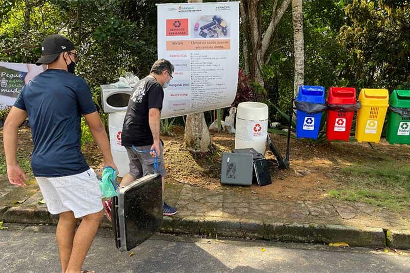 Lixo eletrônico é recolhido em nascente de igarapé (Foto: Semmas/Divulgação)