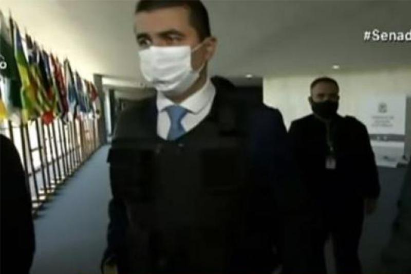 Luís Miranda chegou de colete à prova de balas no Senado (Foto: Tv Senado/Reprodução)
