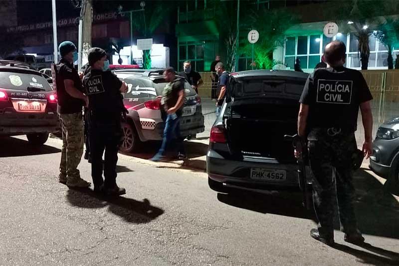 Policiais civis prenderam suspeitos de envolvimento em ataques (Foto: PC-AM/Divulgação)