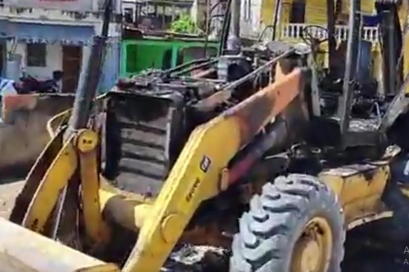 Trator foi queimado no Distrito Obras na zona oeste de Manaus (Foto: Facebook/Reprodução)