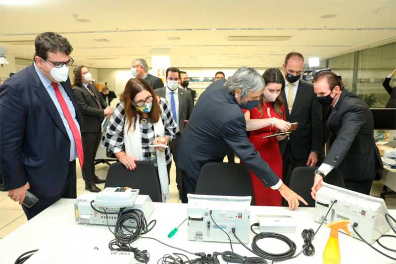 Deputados da comissão do voto impresso vistoriam urnas eletrônicas (Foto: Antonio Augusto/Secom TSE)