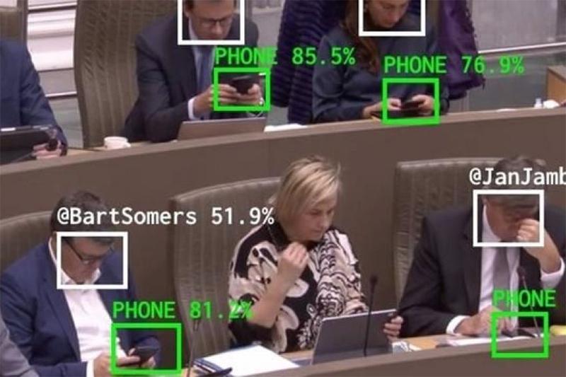 Programa The Flemish Scrollers identifica políticos distraídos em sessões plenárias (Foto: YouTube/Reprodução)
