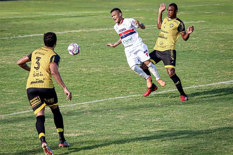 Da Redação MANAUS – Mesmo com derrota por 2 a 1 para o São Raimundo (RR), em Boa Vista, neste sábado (17), o Penarol se manteve no G-4 do Grupo A1 da Série D do Campeonato Brasileiro. É o quarto colocado com 10 pontos em sete jogos e o time amazonense melhor colocado. O Fast, que perdeu em Manaus para o Castanhal (PA) por 2 a 1, também neste sábado, é o sexto com 6 pontos. Foi o segundo jogo e a segunda derrota do técnico Ricardo Lecheva à frente do Rolo Compressor, depois de assumir no lugar de Marcelo Conte O Penarol mantém as chances de classificação na chave, liderada pelo Castanhal com 17 pontos. O time roraimense é o segundo, com 15; seguido pelo Galvez (AC), com 12 pontos. A campanha do Fast até a sétima rodada o deixa em situação complicada. Venceu apenas um jogo, empatou 3 e perdeu outros 3. Já o Penarol tem 3 vitórias, um empate e 3 derrotas. O tricolor amazonense está à frente apenas do GAS (RR), que tem 5 pontos, e do Atlético (AC), lanterna com somente 1 ponto ganho. O quinto colocado é o Ypiranga (AP), com 8 pontos. Perdeu para o Galvez por 1 a 0 neste sábado. Na oitava rodada, o Fast visitará o próprio Castanhal no Pará, no dia 24 deste mês, enquanto o Pernarol receberá o São Raimundo em Manaus, no dia 25.
