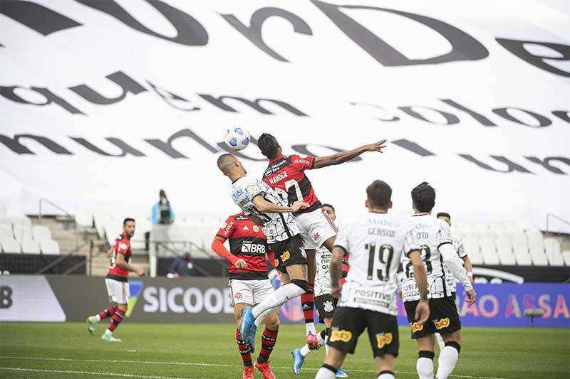 Bruno Henrique cabeceia em lance de jogo: Flamengo superior (Foto: Alexandre Vidal/Flamengo)