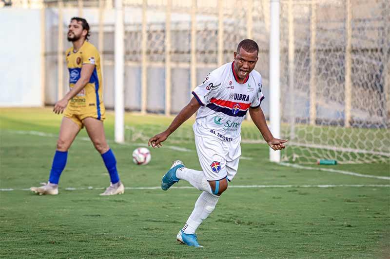 Charles comemora gol na goleada do Fast (Foto: João Normando/FAF)