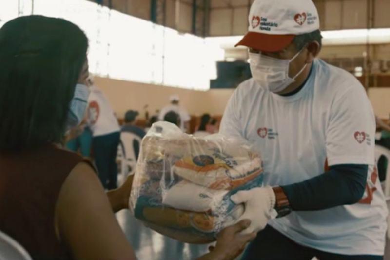Colaboradores fazem doação de cestas básicas (Foto: Divulgação/Moto Honda)