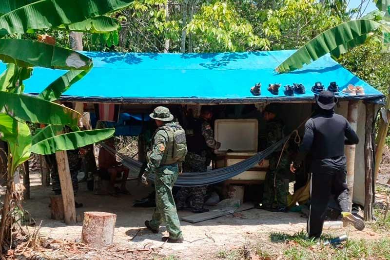 Policiais encontraram trabalhador em casebre em área de desmatamento (Foto: SSP-AM/Divulgação)