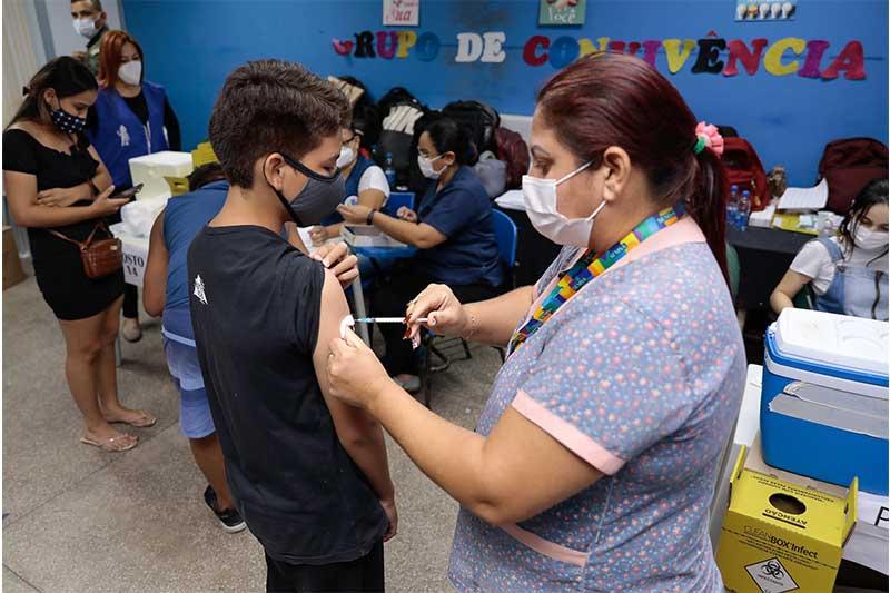 Adolescente é vacinado contra a Covid: meta de vacinação chega a 50% (Foto: Marcely Gomes/PMM Semcom)