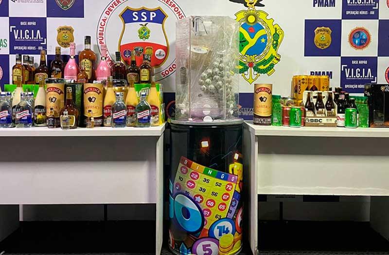 Bebida e máquina de bingo foram apreendidas (Foto: SSP-AM/Divulgação)