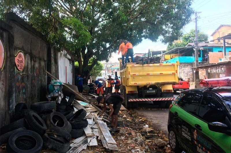 Calçada ocupada por pneus: irregularidade comum em Manaus (Foto: Implurb/Divulgação)
