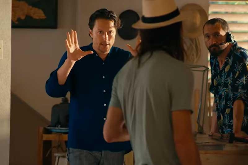 """Diretor Cary Fukunaga orienta atores em cena de '007"""" (Foto: YouTube/Reprodução)"""