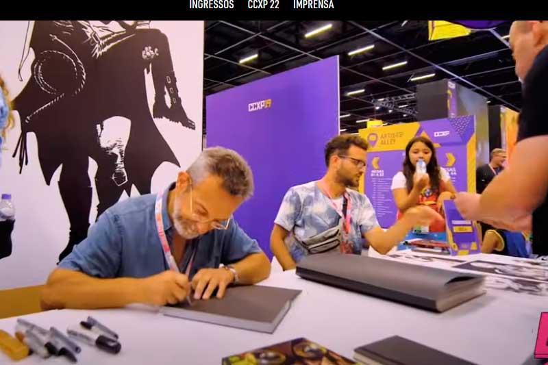 Autores dão autógrafos em obras na CCXP: evento será virtual este ano (Foto: CCXP YouTube/Reprodução)