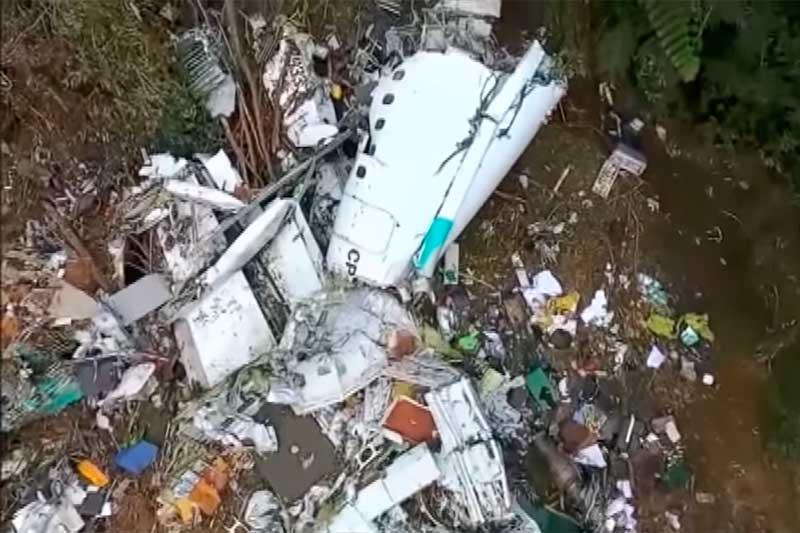 Destroços do avião que levava time da Chapecoense (Foto: YouTube/Reprodução)