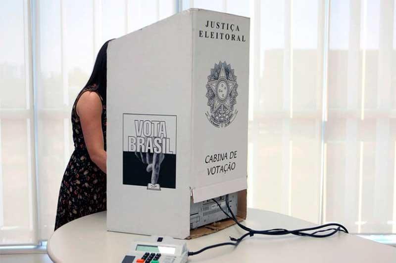 Eleitora vota na cabine: Câmara aprova mudanças na lei eleitoral (Foto: Roberto Jayme/Ascom TSE)