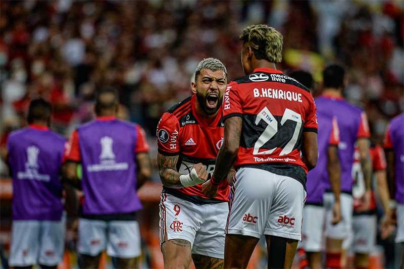 Gabriel e Bruno Henrique comemoram gol: vantagem rubro-negra (Foto: Marcelo Cortes/CRF)