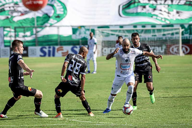 Lance de jogo: Manaus (de branco) ficou no empate com o Botafogo-PB (Foto: João Normando/FAF)