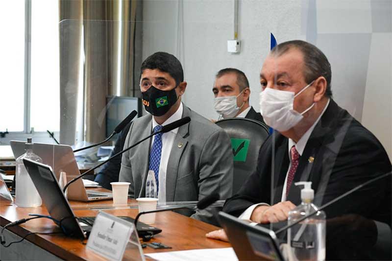 Wagner Rosário com o senador Omar Aziz, presidente da CPI: depoimento sobre vacina (Foto: Roque de Sá/Agência Senado)