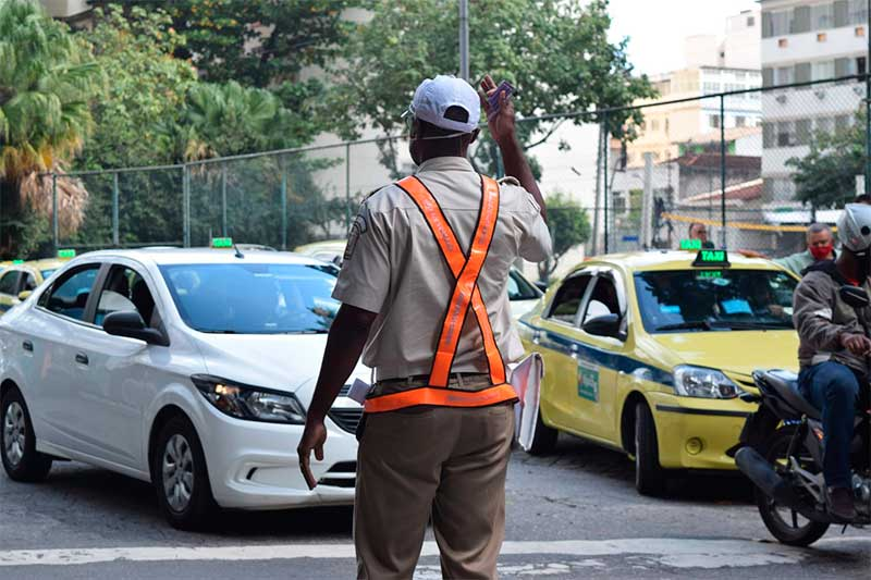 Agente de trânsito em rua do Rio: tecnologia para agilizar tráfego (Foto: Marcos de Paula/Prefeitura do Rio)