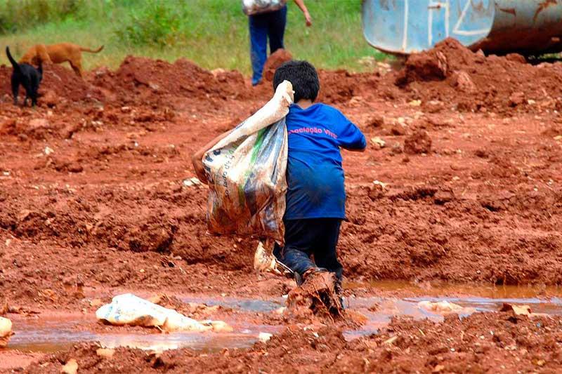 Criança com saco em busca de alimentos: insegurança alimentar (Foto: Marcelo Casal Jr/ABr)