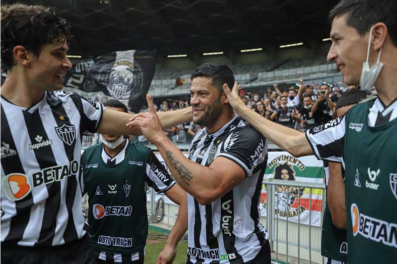Huck recebe afagos ao marcar gol (Foto: Pedro Souza/Clube Atlético Mineiro)