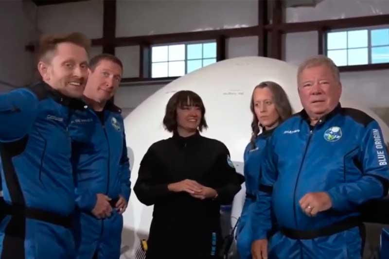 William Shatner (à direita) fez viagem suborbital nesta quarta-feira (Foto: YouTube/Reprodução)